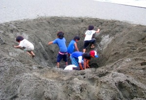 kids-in-the-hole1-600x413